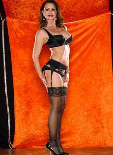 Длинноногая зрелая красавица в сексуальном нижнем белье - фото #2