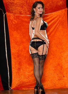 Длинноногая зрелая красавица в сексуальном нижнем белье - фото #4
