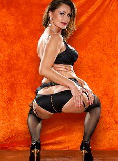 Длинноногая зрелая красавица в сексуальном нижнем белье - фото #5