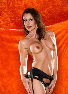 Длинноногая зрелая красавица в сексуальном нижнем белье - фото #7