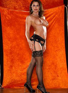 Длинноногая зрелая красавица в сексуальном нижнем белье - фото #8