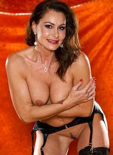 Длинноногая зрелая красавица в сексуальном нижнем белье - фото #10