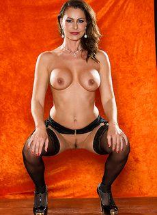 Длинноногая зрелая красавица в сексуальном нижнем белье - фото #13