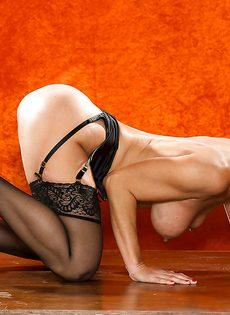 Длинноногая зрелая красавица в сексуальном нижнем белье - фото #16