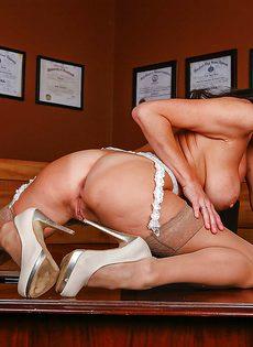 Сучка в возрасте принимает удобную позу и мастурбирует дырку - фото #12