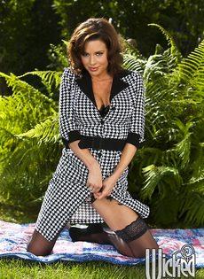Эротические фото от сексапильной зрелой брюнетки в нижнем белье - фото #3