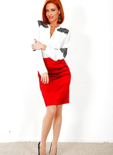 Великолепная рыжеволосая женщина хвастается ухоженными дырочками - фото #1