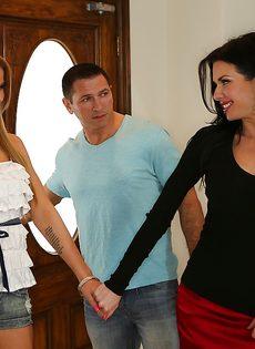 Вероника Авлув вместе со своей лучшей подружкой ублажили пацана - фото #1