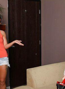 Veronica Avluv зажимает пенис большими упругими дойками - фото #1