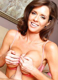 Veronica Avluv зажимает пенис большими упругими дойками - фото #10