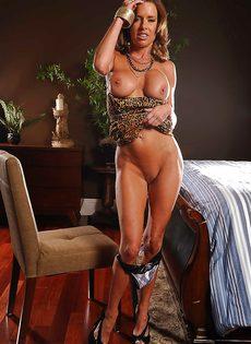Соло восхитительной и замечательной женщины с большими сиськами - фото #7