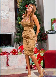 Эротическая фото сессия от Madison Ivy в преддверии Нового года - фото #1