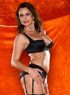 Зрелая шлюшка в сексуальном нижнем белье и в черных чулках - фото #2