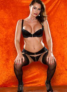 Зрелая шлюшка в сексуальном нижнем белье и в черных чулках - фото #5