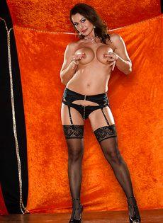 Зрелая шлюшка в сексуальном нижнем белье и в черных чулках - фото #8