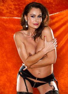 Зрелая шлюшка в сексуальном нижнем белье и в черных чулках - фото #9