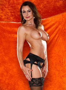 Зрелая шлюшка в сексуальном нижнем белье и в черных чулках - фото #10