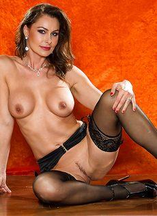 Зрелая шлюшка в сексуальном нижнем белье и в черных чулках - фото #13