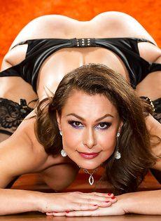 Зрелая шлюшка в сексуальном нижнем белье и в черных чулках - фото #15