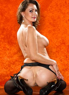 Зрелая шлюшка в сексуальном нижнем белье и в черных чулках - фото #16