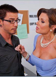 Паренек угощает членом сногсшибательную зрелую начальницу - фото #2