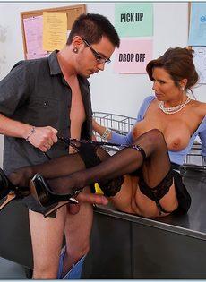 Паренек угощает членом сногсшибательную зрелую начальницу - фото #5