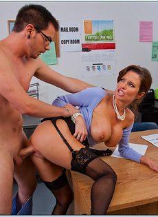 Паренек угощает членом сногсшибательную зрелую начальницу - фото #7