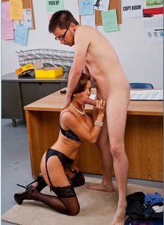 Паренек угощает членом сногсшибательную зрелую начальницу - фото #8