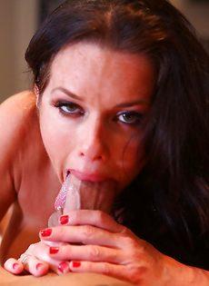 Взрослая сучка заглатывает большой пенис в ротовую полость - фото #10
