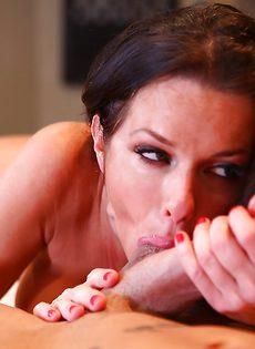 Взрослая сучка заглатывает большой пенис в ротовую полость - фото #11