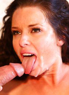 Взрослая сучка заглатывает большой пенис в ротовую полость - фото #14