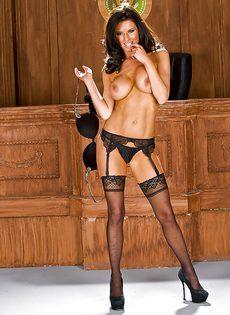 Стройная женщина сексуально снимает с себя трусики - фото #10