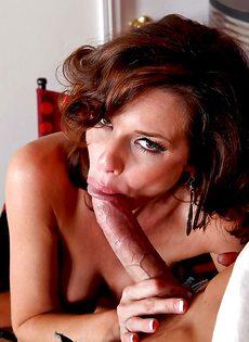 Мускулистый лысый парень перчит во влагалище ухоженную мадам - фото #4