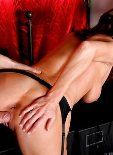 Мускулистый лысый парень перчит во влагалище ухоженную мадам - фото #7