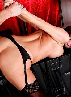 Мускулистый лысый парень перчит во влагалище ухоженную мадам - фото #8
