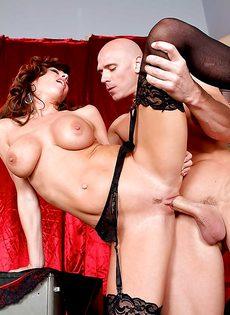 Мускулистый лысый парень перчит во влагалище ухоженную мадам - фото #11