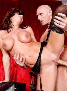 Мускулистый лысый парень перчит во влагалище ухоженную мадам - фото #12