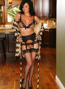 Шикарной дамочке нравится выставлять напоказ красивые дырочки - фото #2