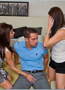 Сексапильные сучки облизывают пенис перед сексом втроем - фото #1