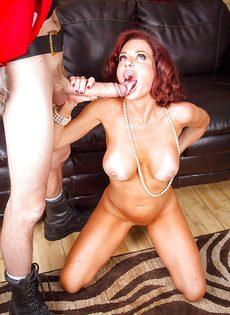 Рыжая женщина обожает парней с огромными членами - фото #12