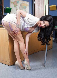 Соло зрелой брюнетки с большими сиськами в офисе - фото #2
