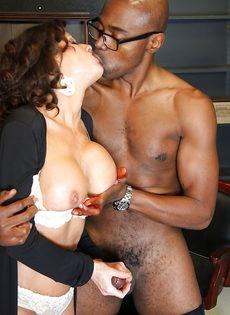 Темнокожий парень угостил похотливую бабу здоровенным членом - фото #5