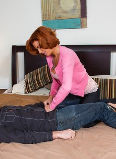 Парнишка разложил женщину на кровати и отодрал между ног - фото #3