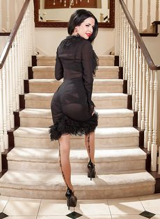 Улыбчивая женщина демонстрирует эротическое нижнее белье - фото #3