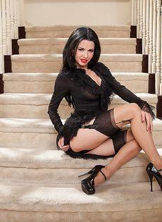 Улыбчивая женщина демонстрирует эротическое нижнее белье - фото #4