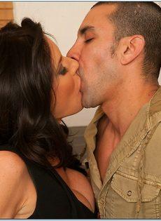Вероника Авлув трахается с темпераментным любовником на кухне - фото #1