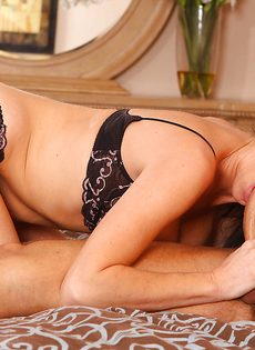 Перед половым актом лижет горячую киску зрелой брюнетки - фото #4