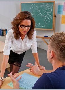 Сексуальная и похотливая преподавательница трахнулась со студентом - фото #1