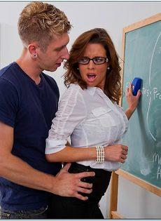 Сексуальная и похотливая преподавательница трахнулась со студентом - фото #2