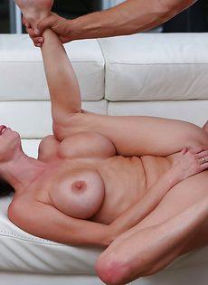 Наяривает в глубокое вагинальное отверстие грудастую бабу - фото #10
